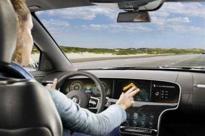Kézmozdulatokkal irányítható autós kijelző